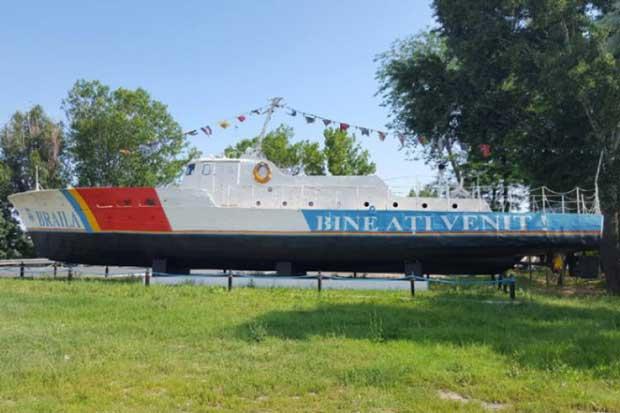 Concurs pentru pictarea celor două vapoare de la intrarea în Brăila