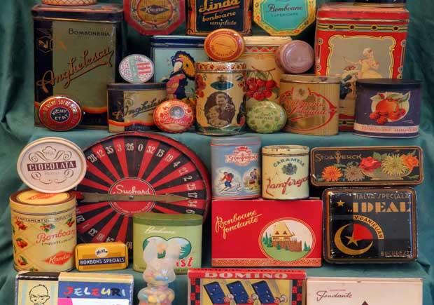 """""""Zaharicale, coféturi, dulcegării, taifas"""" – colecţie inedită de cutii de bomboane din perioada 1900 – 1980"""